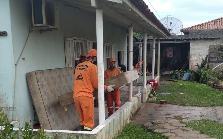 Em Laguna, equipes de limpeza atuaram durante todo dia nesta quinta-feira (10) – Foto: Prefeitura de Laguna/ND