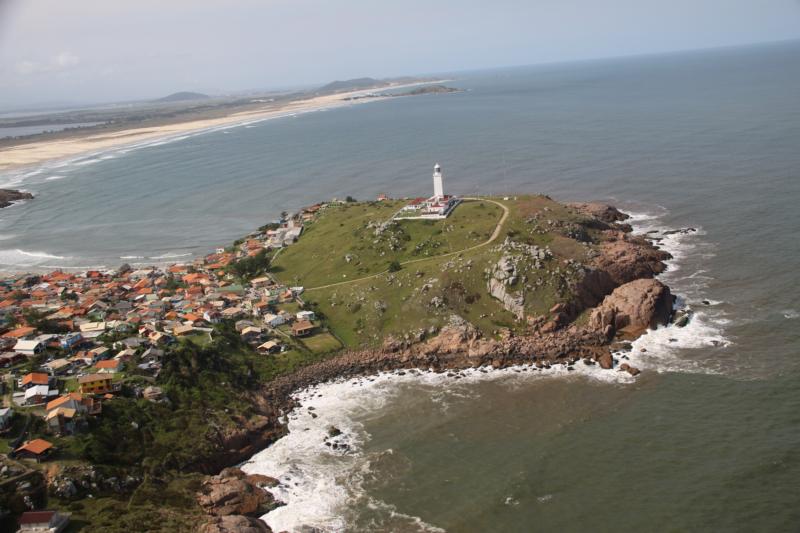 Vila se desenvolveu ao redor do Farol de Santa Marta e se tornou ponto turístico no Sul do Estado – Foto: Prefeitura de Laguna/ND
