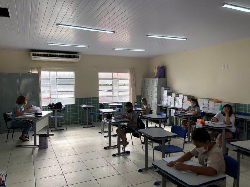 Realização de questões de matemática e língua portuguesa – Foto: Prefeitura de Gaspar/Divulgação