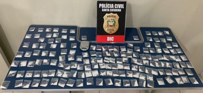 Além de prender cinco pessoas, a Polícia Civil apreendeu 163 papelotes de cocaína e uma balança – Foto: Polícia Civil/ND