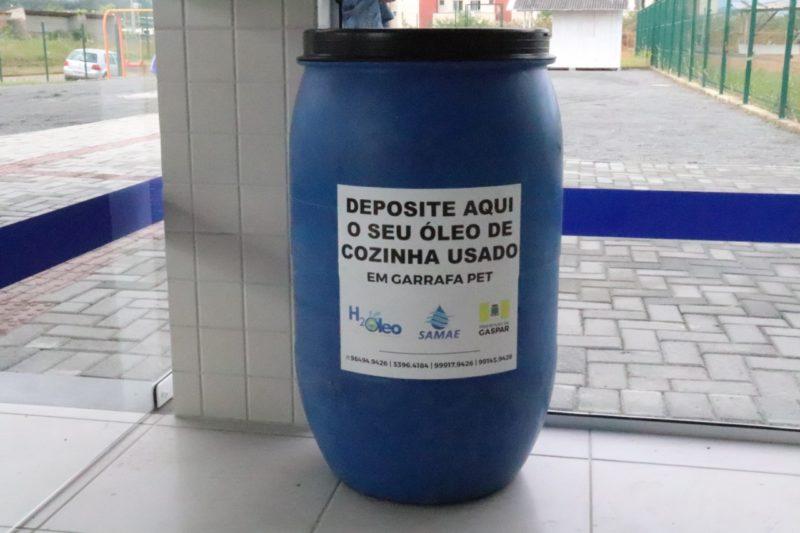 Coleta de óleo de cozinha usado em garrafa pet – Foto: Prefeitura de Gaspar/Divulgação