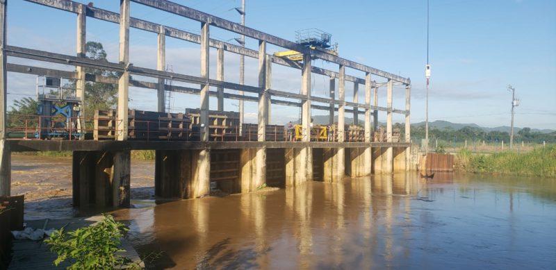 Barragem de contenção de cunha salina foram abertas devido à força da correnteza – Foto: Semasa/Divulgação