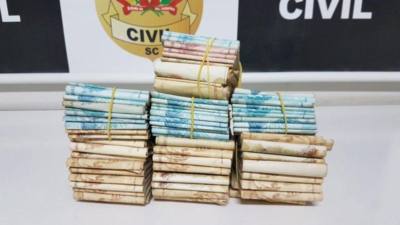 Ação da Polícia Civil na noite de segunda-feira (31) resultou na apreensão de R$ 100 mil encontrados em duas casas em Chapecó – Foto: Polícia Civil/Divulgação/ND