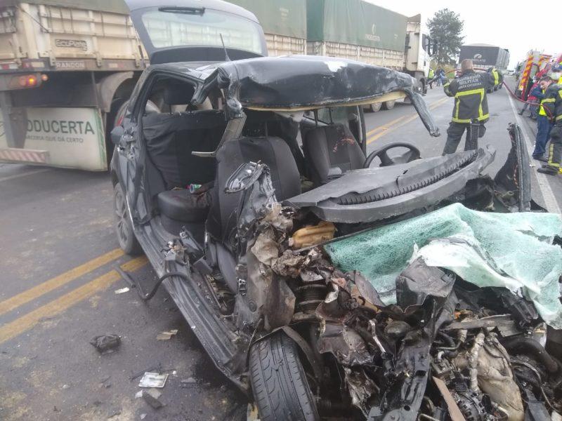Carro ficou totalmente destruído com o impacto da batida – Foto: Corpo de Bombeiros Militares de Araquari/Divulgação ND