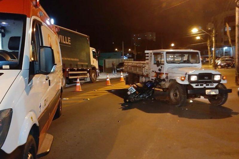 Motociclista fica ferido após colidir contra caminhonete em Blumenau – Foto: Rafael Krueger/Samu Blumenau