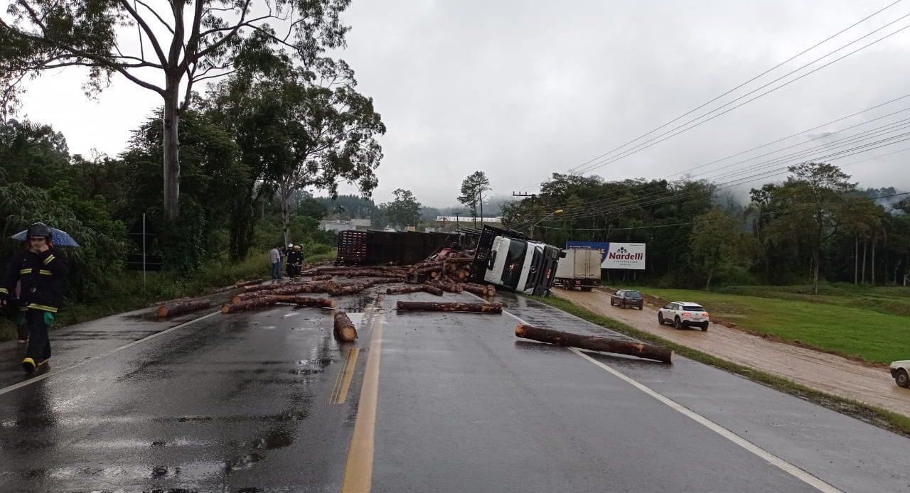 Caminhão carregado com toras de madeira tomba e interdita BR-470, no Alto Vale - Divulgação/Redes Sociais