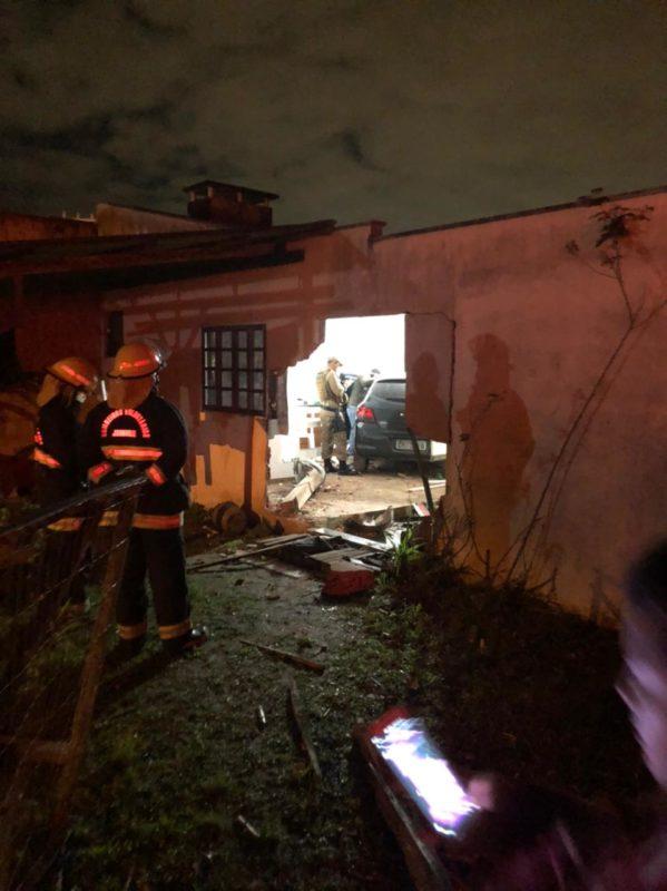 Carro invadiu casa na noite de segunda-feira (31) – Foto: Ricardo Alves/NDTV