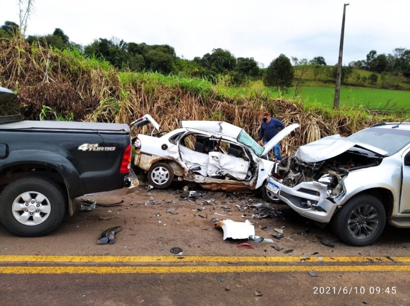 Acidente matou uma mulher que estava no carro branco – Foto: Corpo de Bombeiros Militar/ND