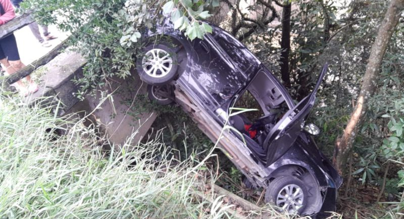 Um dos veículos chegou a cair em uma ribanceira após a colisão. – Foto: Divulgação/Guincho Marquinhos