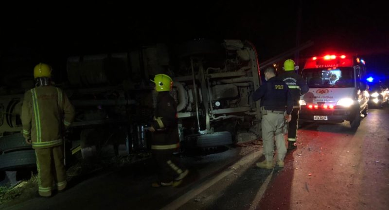 De acordo com testemunhas, o motorista de 36 anos perdeu o controle do veículo, com placas de Itajaí, em uma curva. – Foto: Gabriela Milanezi/NDTV Blumenau