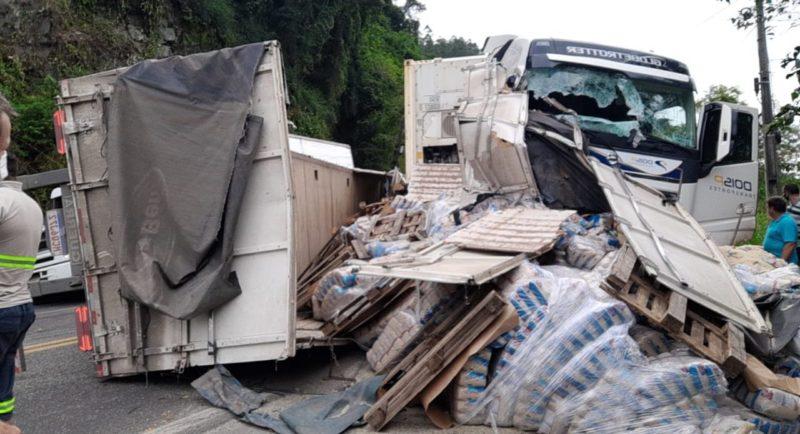 Um grave acidente envolvendo dois caminhões e um carro durante a tarde desta quarta-feira (9) deixou a BR-470, em Ibirama, no Alto Vale do Itajaí, bloqueada nos dois sentidos. – Foto: Divulgação/Guincho Marquinhos