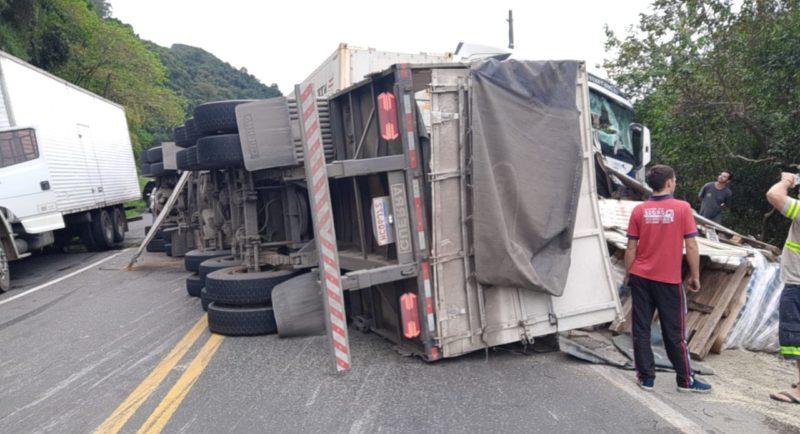 De acordo com informações dos socorristas, até às 16h15, a rodovia permanecia bloqueada nos dois sentidos. – Foto: Divulgação/Guincho Marquinhos