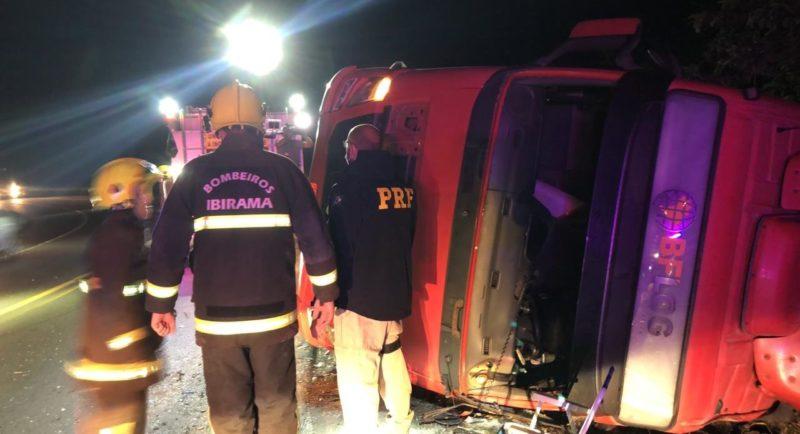 Um caminhão que transportava containers de papelão tombou na noite desta terça-feira (1º) na BR-470 em Ibirama, no Alto Vale do Itajaí, e deixou o trânsito lento na região. – Foto: Gabriela Milanezi/NDTV Blumenau