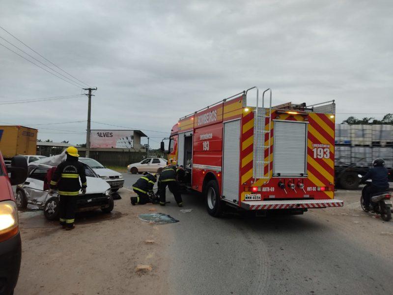 Duas pessoas que estavam no Corsa acabaram morrendo no acidente na manhã desta sexta-feira (18) – Foto: Corpo de Bombeiros Navegantes/Divulgação