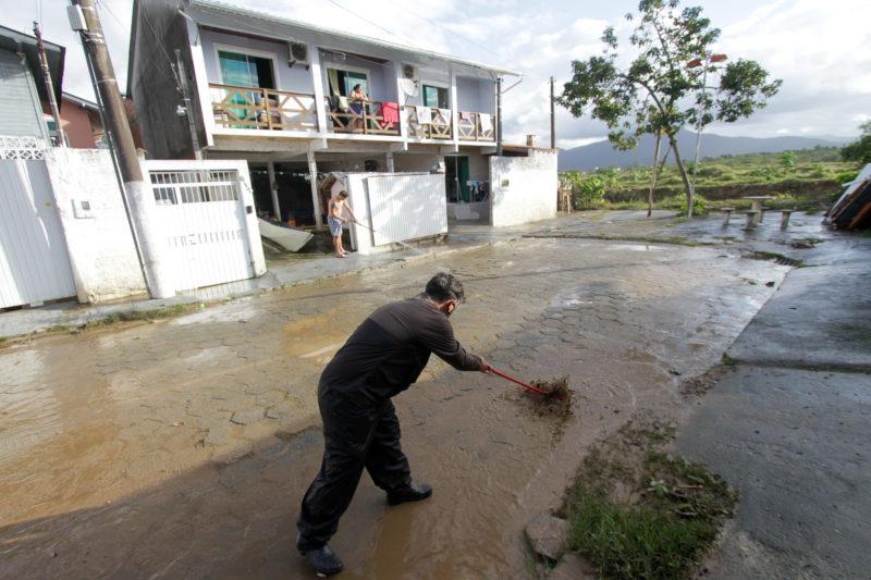 Neste sábado (19), Florianópolis ficou com ruas alagadas e vias interditadas após fortes chuvas – Foto: Leo Munhoz/ND