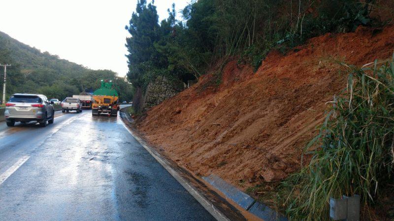 """<a href=""""https://ndmais.com.br/transito/br-101-segue-bloqueada-em-sc-apos-queda-de-arvore-veja-previsao-de-liberacao/"""" target=""""_blank"""" rel=""""noopener noreferrer"""">Proteção cedeu devido as chuvas que acometeram a Grande Florianópolis</a> na último final de semana; alerta de manutenção nesta quinta (24) &#8211; Foto: Arteris Litoral Sul/divulgação"""