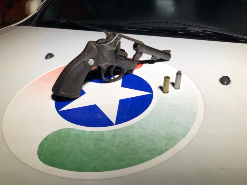 Uma arma foi apreendida durante a operação – Foto: Ricardo Alves/NDTV