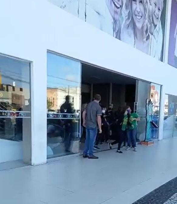 Cinco criminosos invadiram a loja na manhã desta terça-feira (1º) – Foto: Reprodução/Redes Sociais