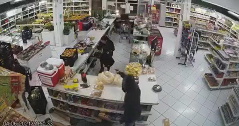 Câmeras de segurança rgistram momento em que asslatantes ameaçam funcionárias e roubam um sacolão em Indaial – Foto: Reprodução/Sistema de Vigilância/Divulgação