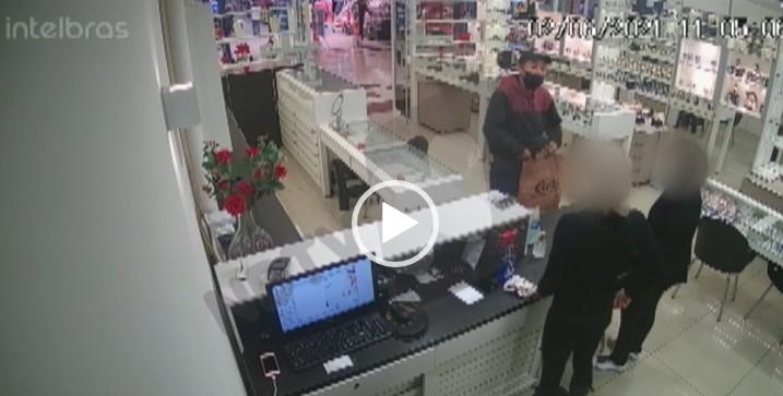 Mais um assalto em Joinville nesta semana: nesta quarta, foi a vez de uma joalheria ser alvo dos criminosos na cidade. Um vídeo mostra o momento da ação, que durou cerca de três minutos – Foto: Reprodução/NDTV