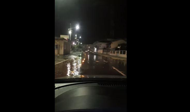 Mar invadiu avenida do Centro de Barra Velha – Foto: Reprodução/Redes sociais