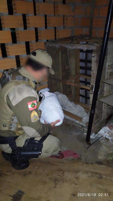 Policiais encontraram bebê dentro de sofá em casa abandonada – Foto: PM/Divulgação