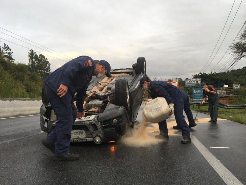 Acidente carro: Bombeiros auxiliaram a PMRV e a GMF para liberar a rodovia
