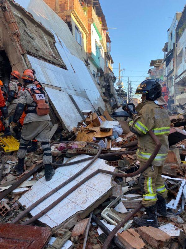 Pelo menos quatro pessoas já foram localizadas embaixo da pilha de entulho – Foto: CBMR/Divulgação/ND