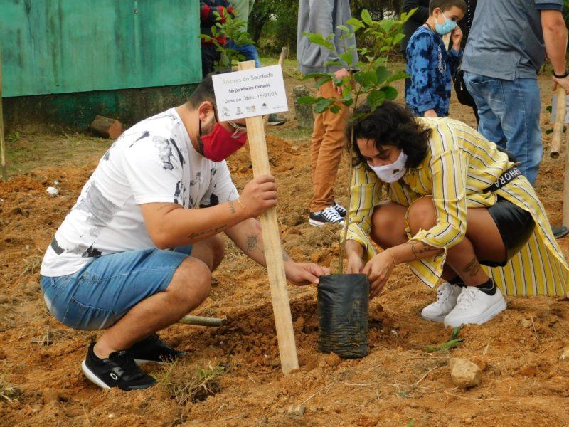 Emoção marcou o plantio das mudas no Bosque da Memória, em Camboriú – Foto: Allan Costa/Prefeitura de Camboriú/Divulgação