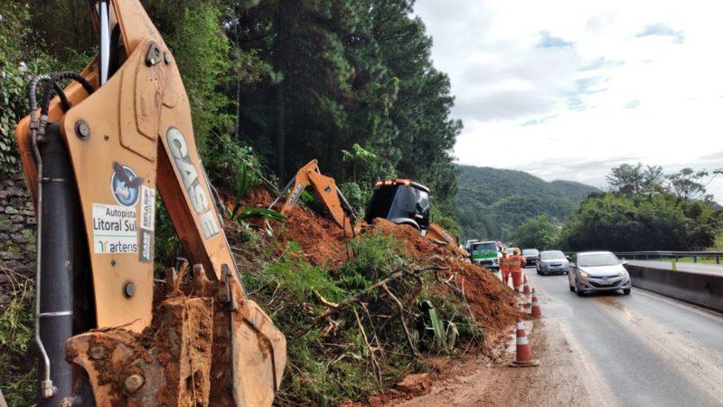 Trabalhos de limpeza seguem na BR-101, em Palhoça, onde uma queda de barreira bloqueia o trânsito desde a noite de sábado (19) – Foto: Divulgação/Arteris Litoral Sul