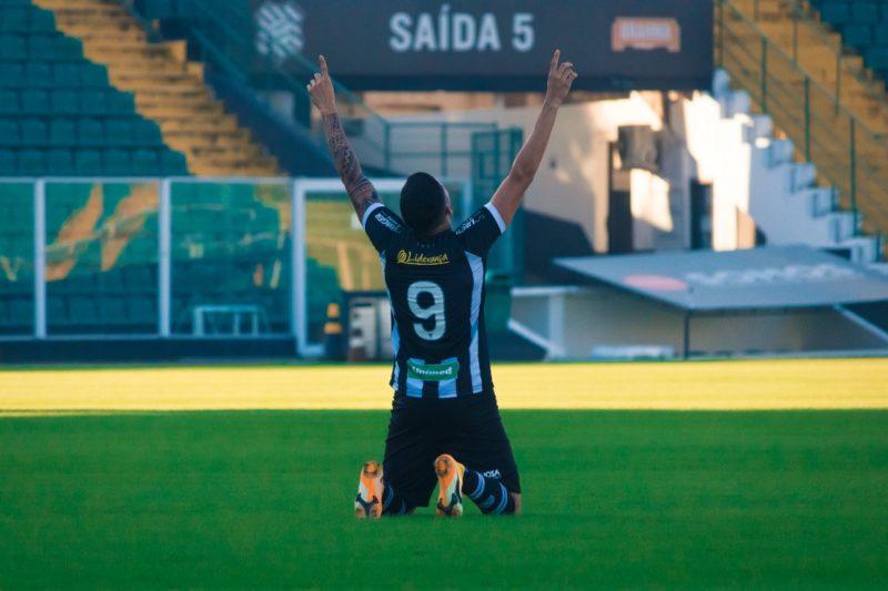 Bruno Paraíba comemora o gol que deu a primeira vitória ao Figueirense na Série C – Foto: Patrick Floriani/FFC