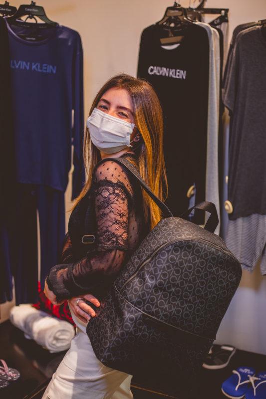 Bruna gostou da mochila da Calvin Klein – Foto: Isis Lacombe/ND