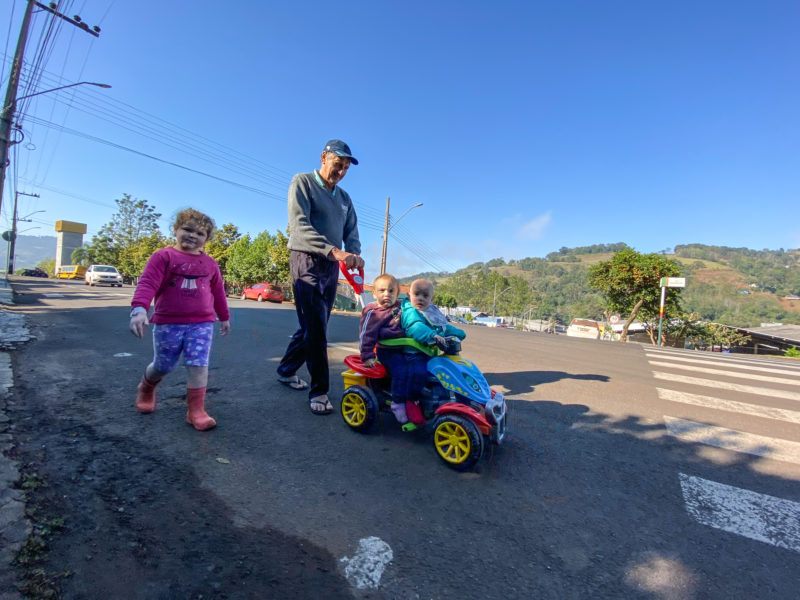Valdo Luiz Hudiner passeando com os netos – Foto: Willian Ricardo/ND