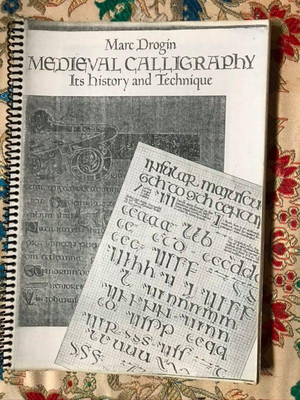 Livro de caligrafia medieval usado por Belchior está guardado na casa de Gomes, no Ribeirão da Ilha