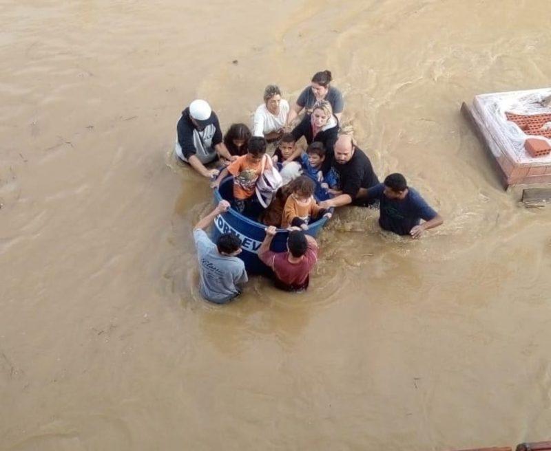 Família é resgatada em caixa d'água em Camboriú em agosto de 2021- Foto: Reprodução/Arquivo/ND