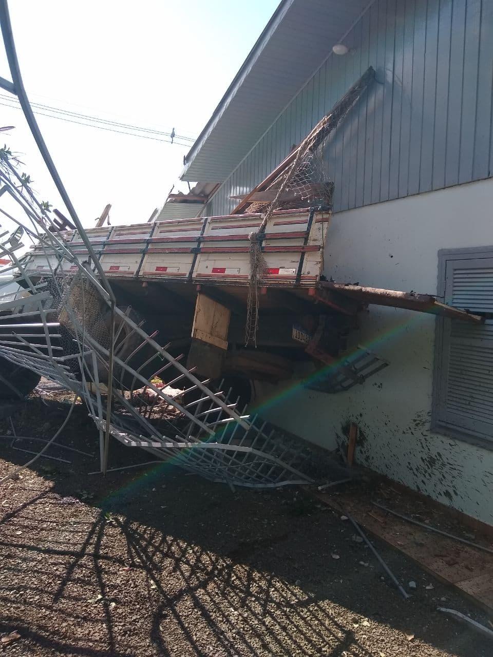 Caminhão atinge casa no bairro Santa Maria, em Chapecó - Reprodução/Internet