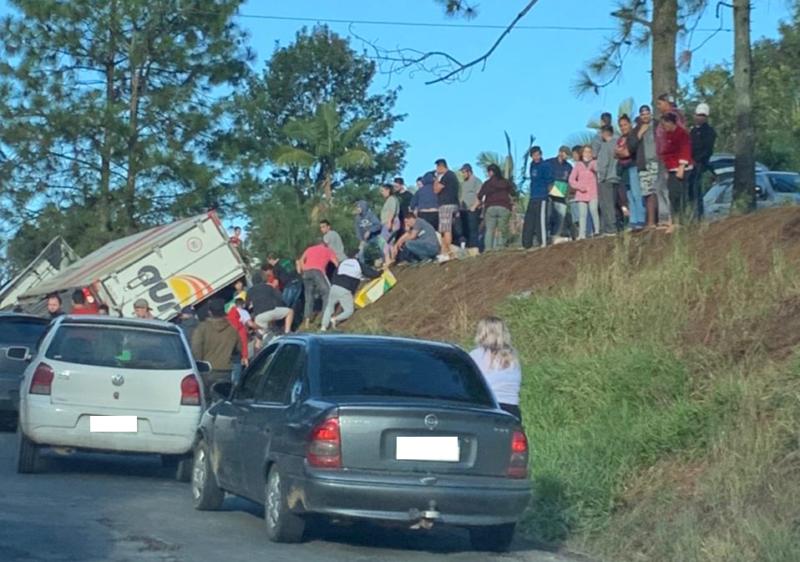 Caminhão tombado na BR-470 teve carga saqueada por moradores da região – Foto: Divulgação/ND