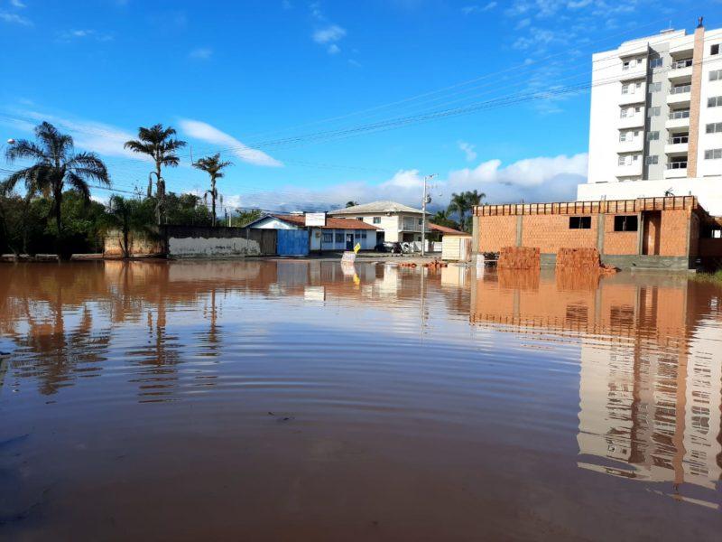 As fortes chuvas obrigaram moradores de Canelinha a deixarem suas casas ainda na noite de terça-feira (8) – Foto: Karina Koppe/NDTV