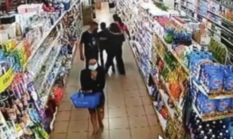 Câmera flagra momento em que o sargento apalpa o seio da jovem – Foto: Reprodução
