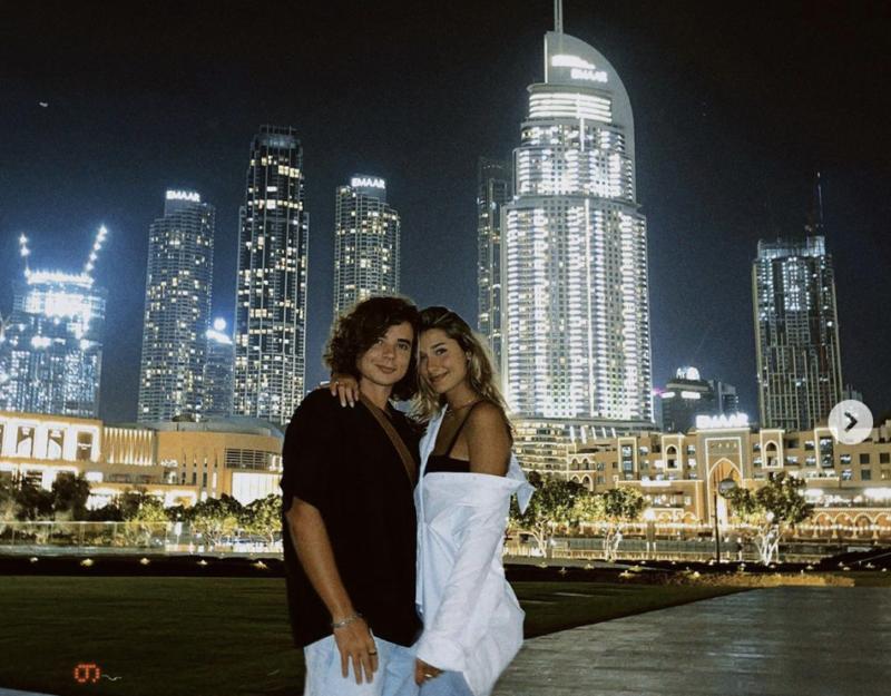 João Figueiredo e Sasha posam momentos antes de embarcar de volta ao Brasil – Foto: Reprodução