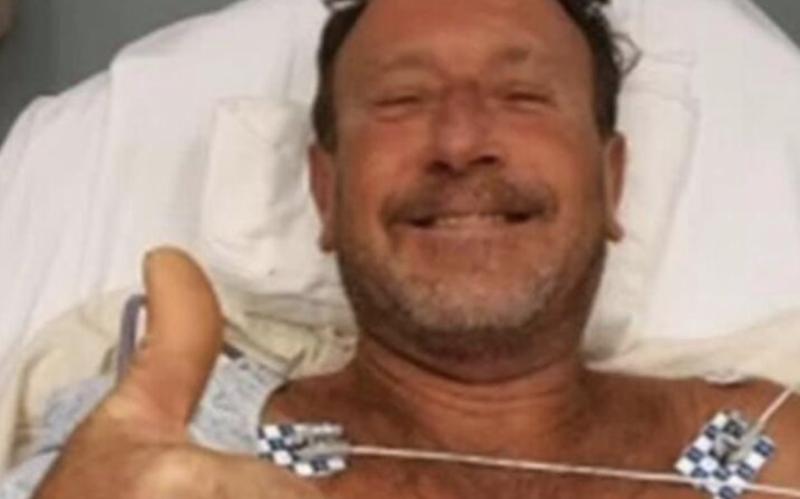 Michael Packard, no hospital, devidamente tratado após ser engolido e regurgitado pela baleia – Foto: Reprodução