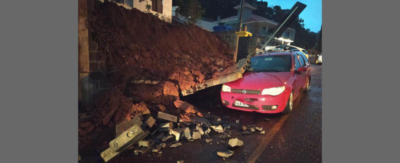 Muro cai em carro após forte vento em Concórdia – Foto: André Kruger/Rádio Aliança/Reprodução/ND