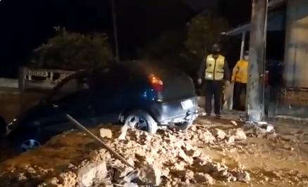 Motorista tenta avançar em ponte que caiu e fica preso em barranco – Foto: Reprodução/Redes Sociais/ND