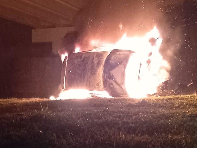 Motorista de 19 anos foi salvo de carro em chamas – Foto: CBMSC/Divulgação/ND