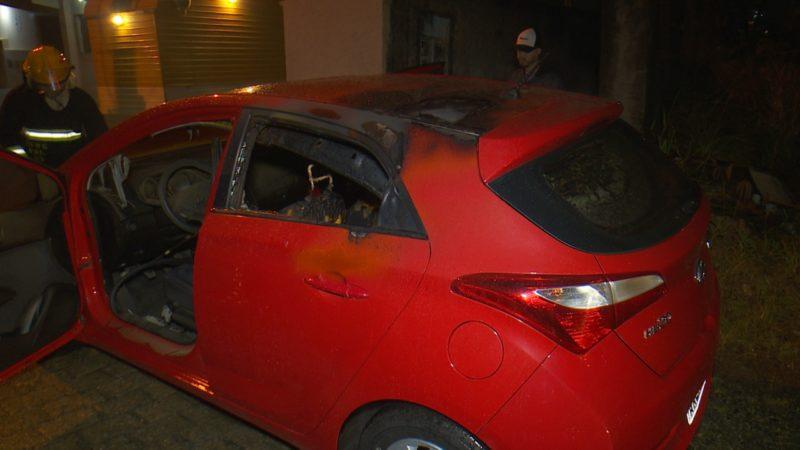 Carro foi incendiado na zona Leste de Joinville – Foto: Ricardo Alves/NDTV