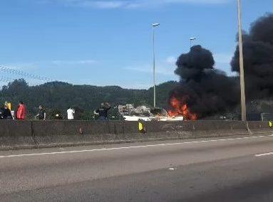 Carro pega fogo na BR-101 e causa filas quilométricas em Balneário Camboriú – Foto: Juliana Senne/NDTV/Reprodução