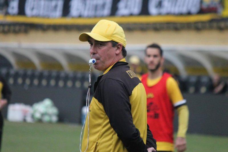 Técnico Paulo Baier comandou uma atividade de posicionamento e de bolas paradas nesta terça-feira (8) no HH – Foto: Celso da Luz/CriciúmaEC