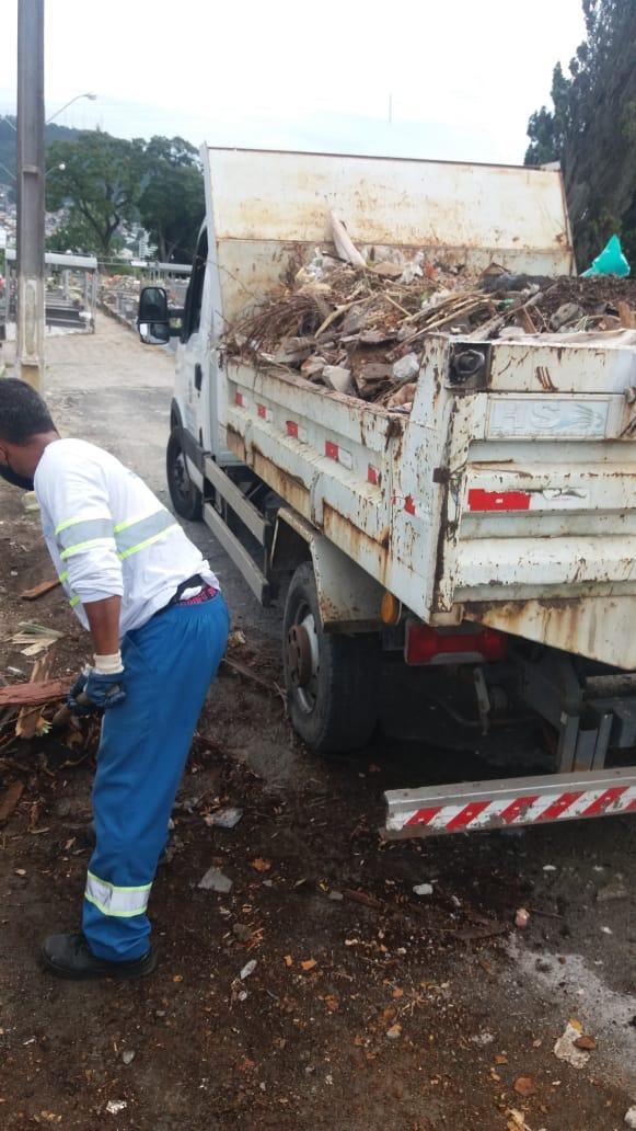 No Cemitério de Itacorubi, há 30 contentores de lixo de 240 litros cada - Divulgação/PMF