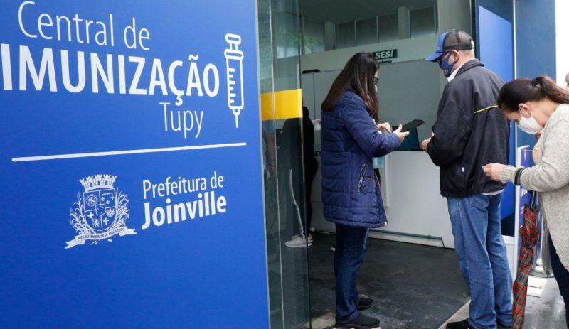 Joinville abriu nesta segunda-feira (7) um novo local para vacinação: a Central de Imunização Tupy. O local tem 15 salas e vai ajudar a acelerar a aplicação das doses. Porém, moradores registraram em vídeo uma grande aglomeração formada no primeiro dia de funcionamento do local – Foto: Prefeitura de Joinville/Divulgação