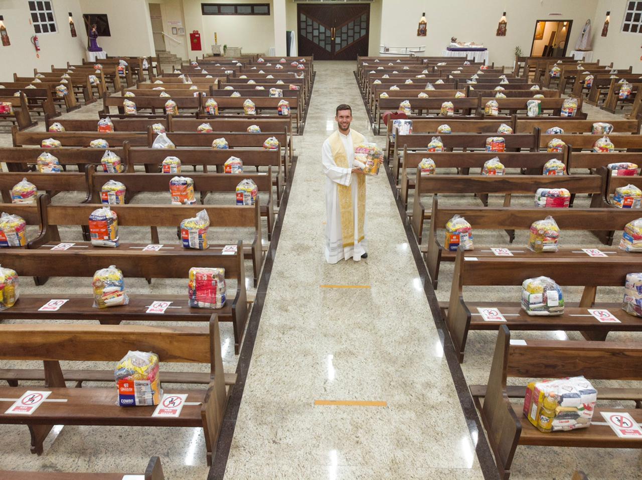Mais de 300 cestas básicas foram arrecadadas e distribuídas nos bancos da Paróquia - Divulgação/ND